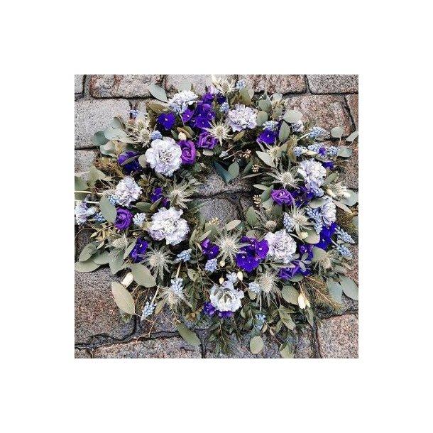 Krans med blå blomster